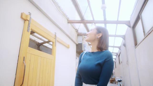 北九州PR動画で見せた紗綾の着衣巨乳1