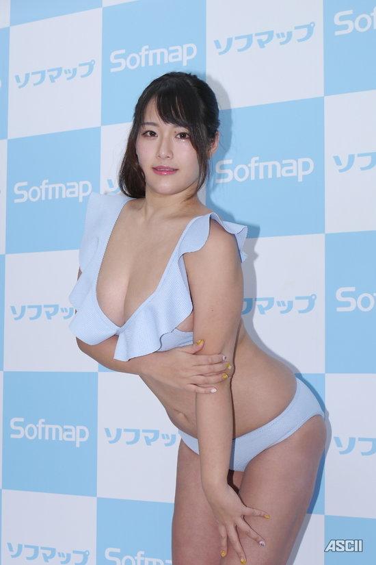 秋山かほがソフマップ登場4